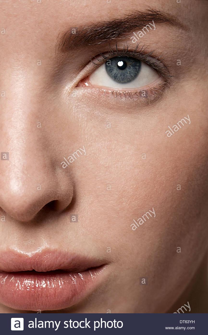 Teilansicht der jungen Frau ins Gesicht Stockbild