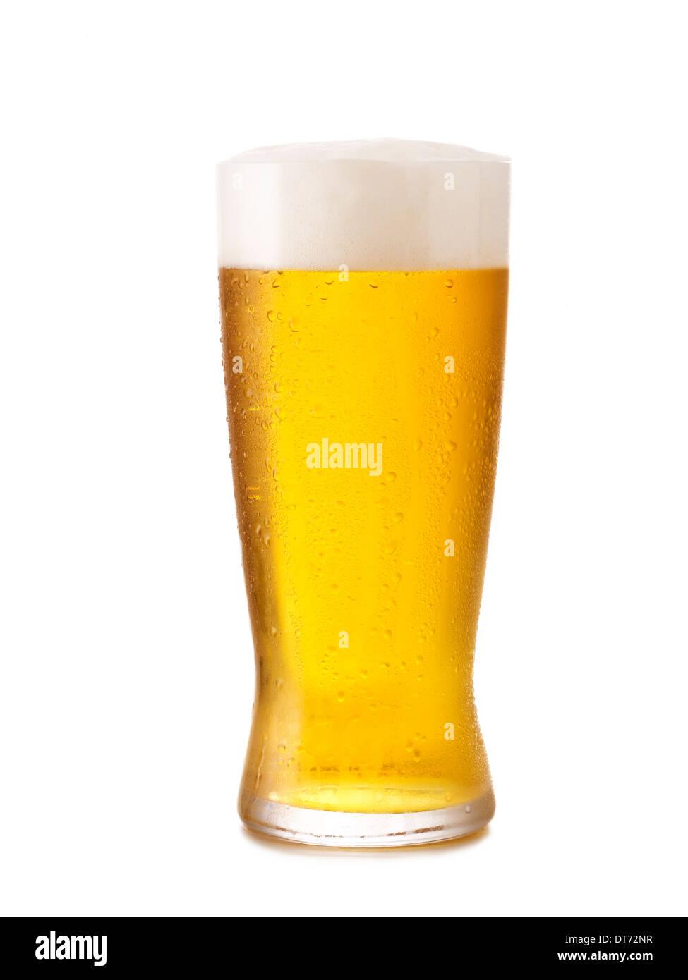 Eine eisige kalte Glas helles Bier mit Kondensation auf dem Glas. Stockbild