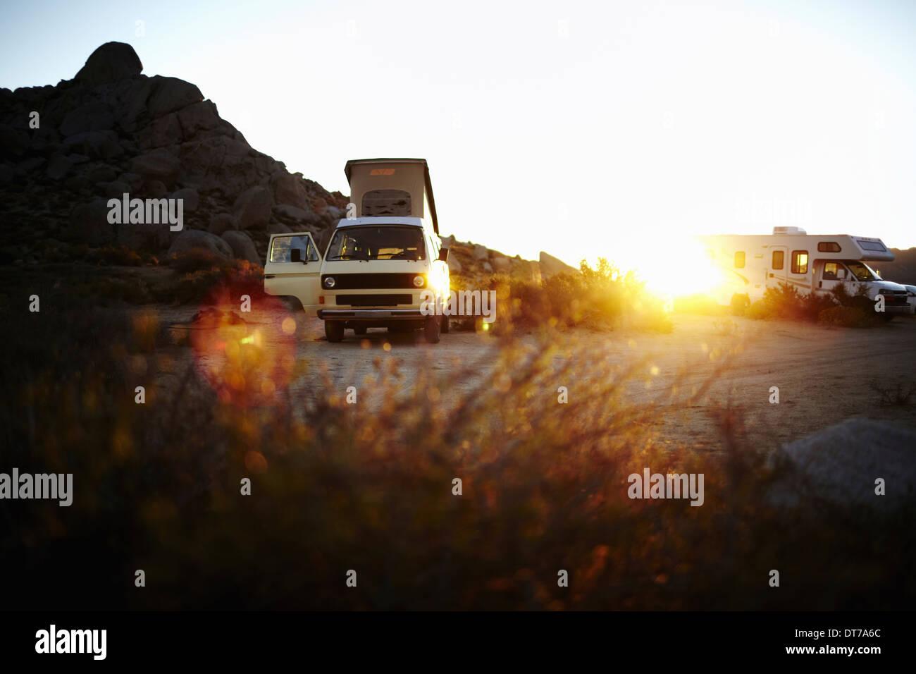 Eine Camper van, ein klassisches Design und ein iconic fahrenden Fahrzeug im Yosemite-Nationalpark bei Sonnenuntergang Stockbild
