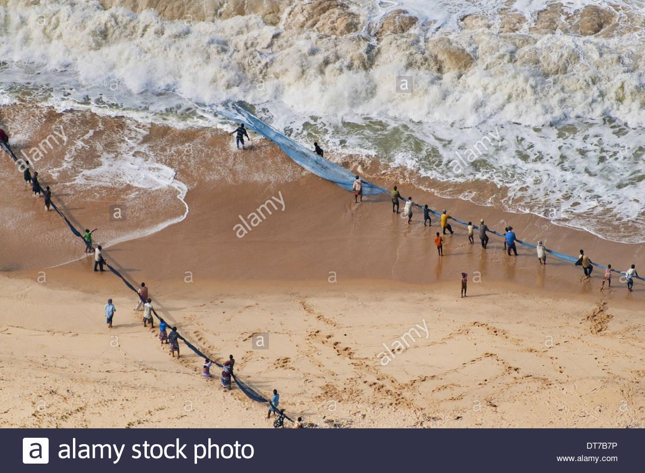 Menschen ziehen in net-Set für Shorefishing Ghana eine Luftaufnahme Ghana Stockbild