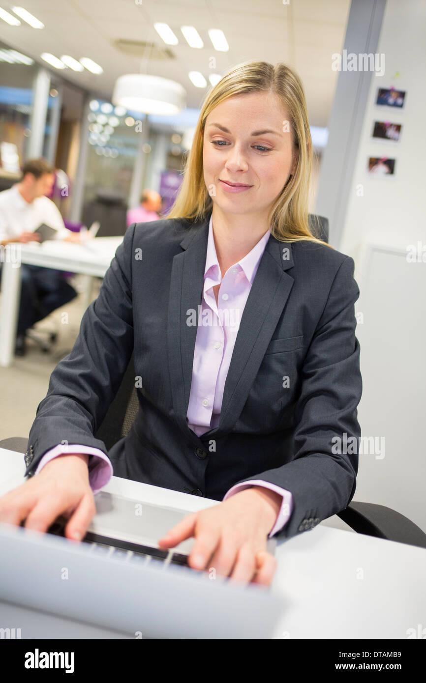 Weibliche Computer-Schreibtisch-Hintergrund-Tastatur Stockbild