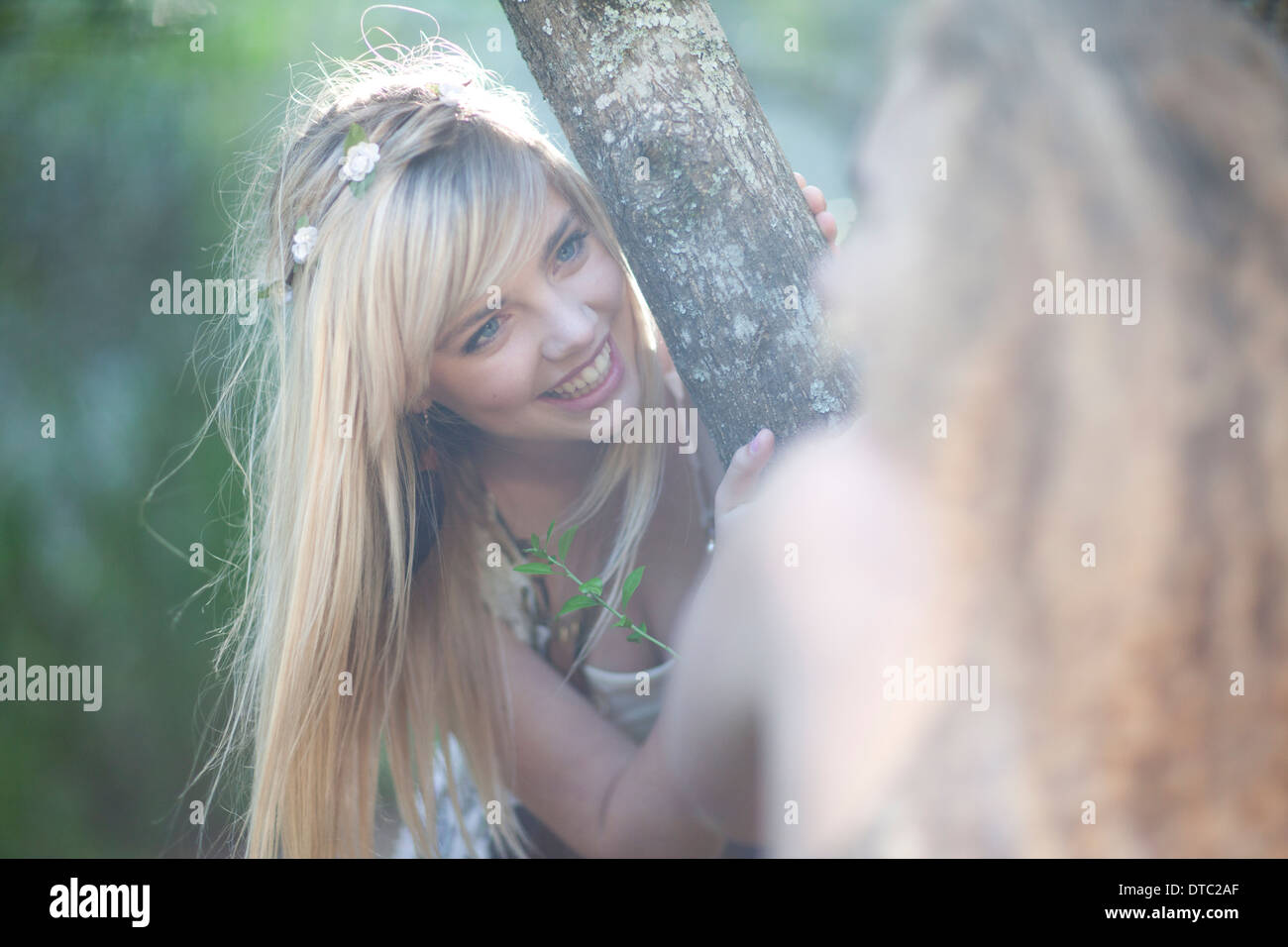Zwei Mädchen im Teenageralter Wald erkunden Stockbild