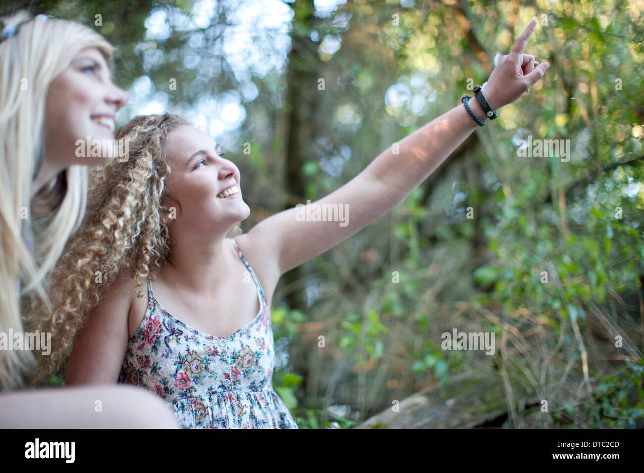 Zwei Mädchen im Teenageralter im Wald erkunden Stockbild