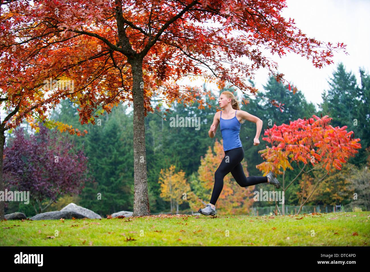 Mädchen im Wald joggen Stockbild