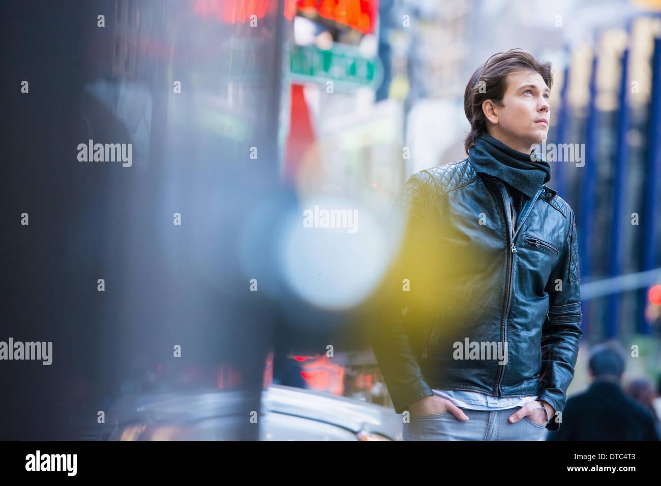 Junge männliche Touristen erkunden Sie Straßen, New York City, USA Stockbild