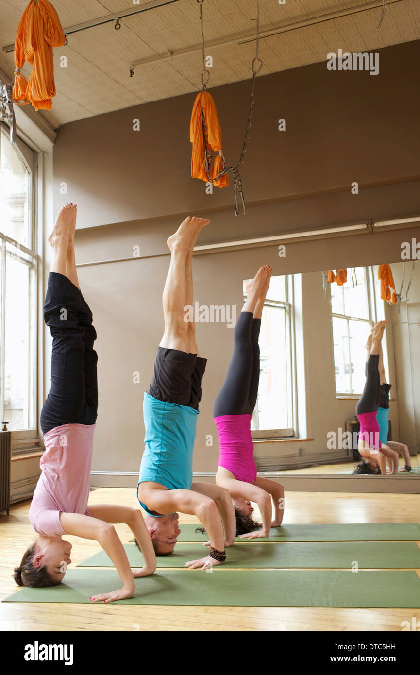 Leute, Kopfstand (Salamba-Shirshasana) in Yoga-Kurs Stockbild