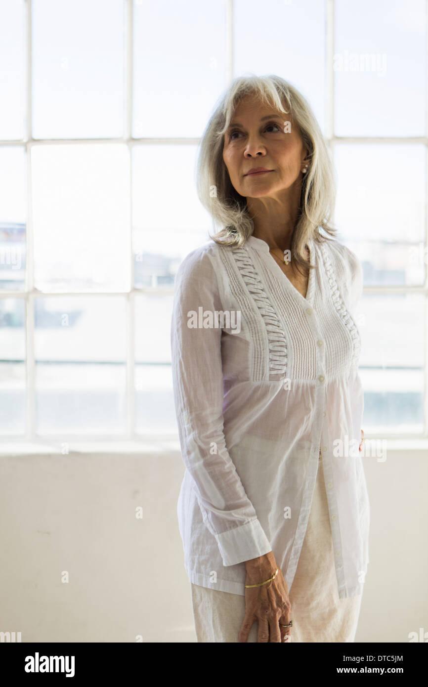 Porträt von senior Frau in Wohnung Stockbild