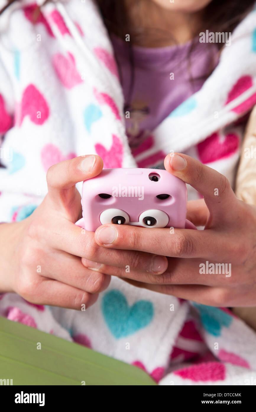 Teenager-Mädchen auf ihrem smart Phone-Close-up Stockbild