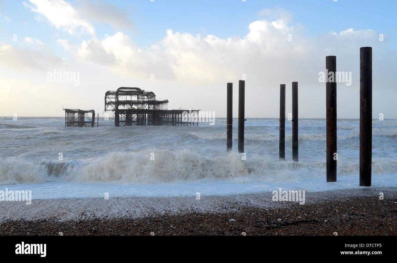 Brighton-Hove Strandpromenade Abschlussball Promenade Wintersturm Kieselsteine Geländer Strand Hütten Stockbild