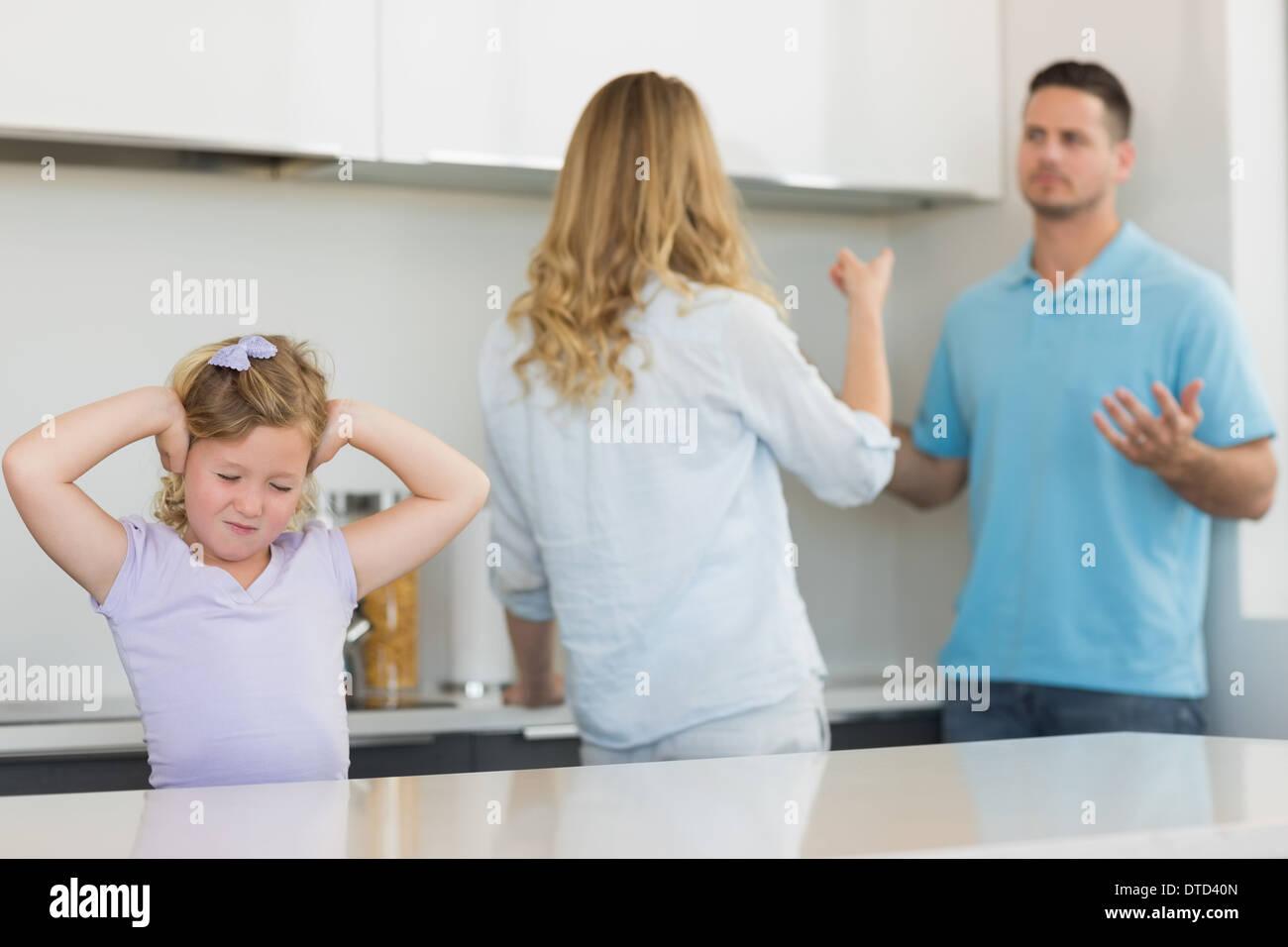 Mädchen für Ohren, während die Eltern streiten Stockbild