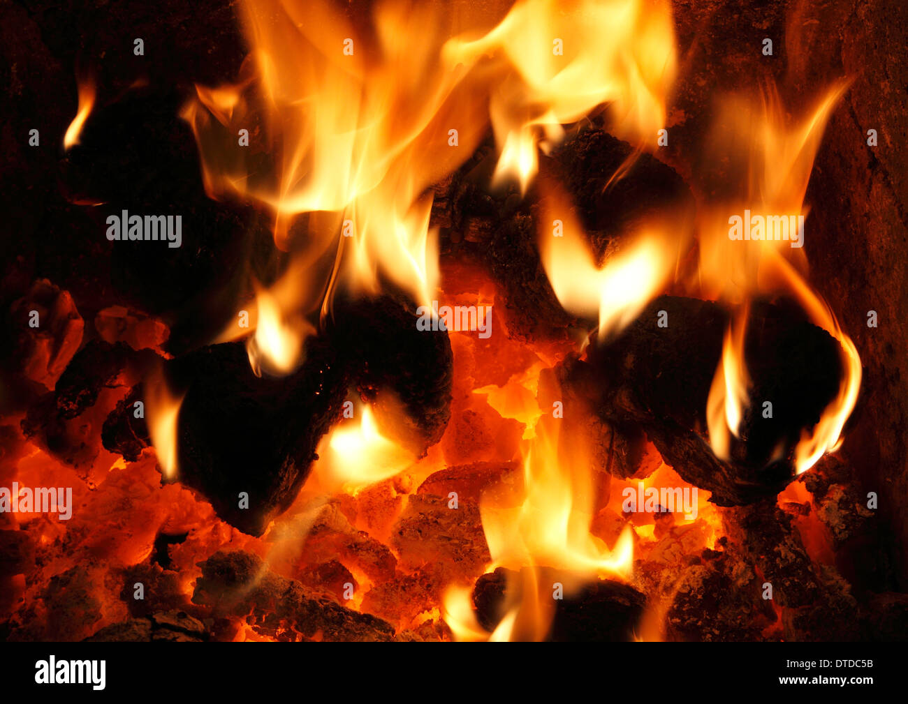 Feste Brennstoffe, heimische Kohle, Feuer, Flamme, Flammen Herz Kamin Wärme Energie macht Feuer Wärme Stockbild