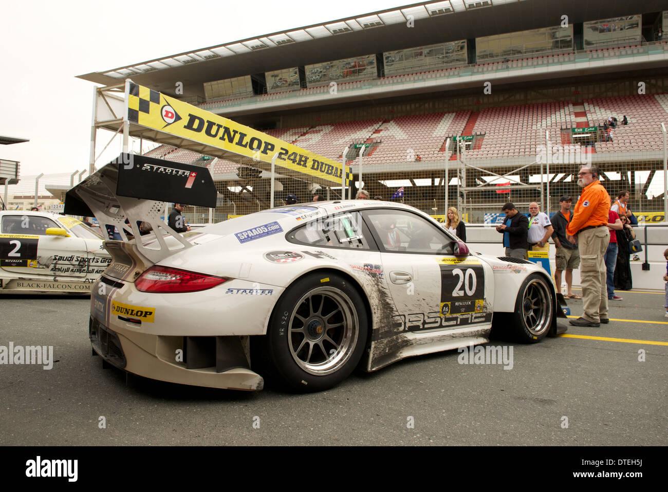 Die siegreiche Porsche 977 GT3 R des Stadler Motorsport-Teams in den Parc Fermé nach dem Gewinn der Dunlop Stockbild