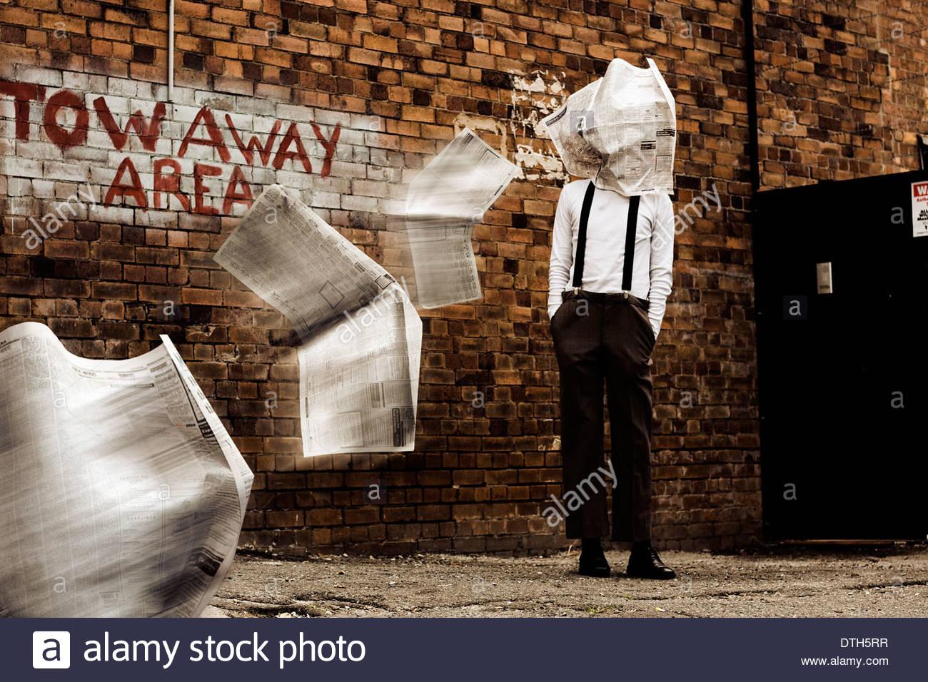 Ein Mann Blind bleibt, wenn er von einer fliegenden Zeitung In einem Bild getroffen wird, darstellt, geblendet durch Stockbild