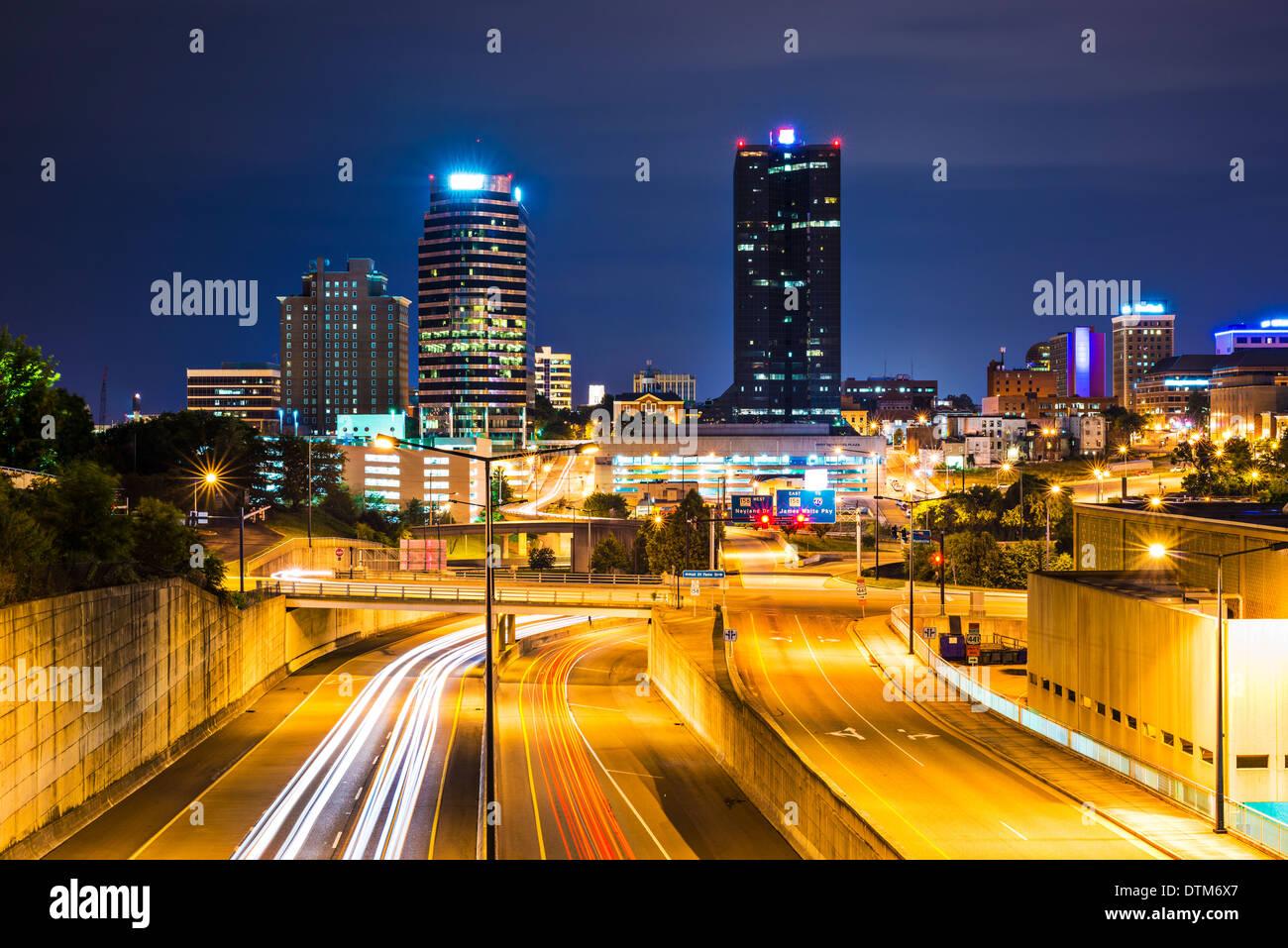 Knoxville, Tennessee, USA Innenstadt in der Nacht. Stockbild