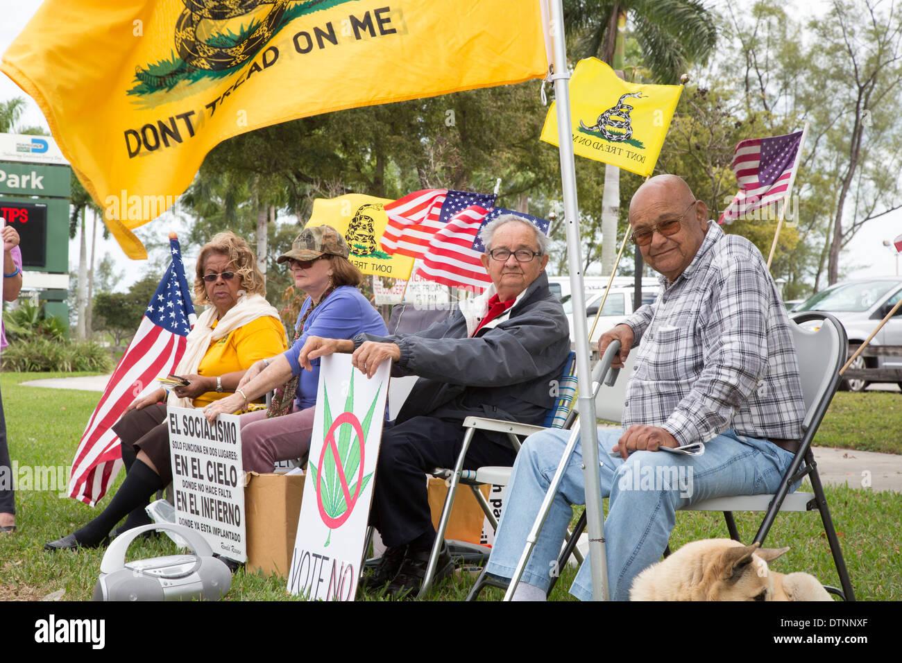 Miami, Florida - Exilkubanern, Mitglieder der Tea-Party-Rallye auf einer Vielzahl von Themen. Stockbild