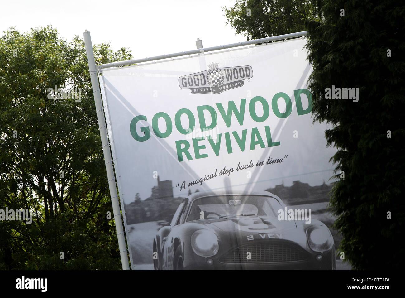 Ortseingangsschild für das Goodwood Revival 2013 Stockbild