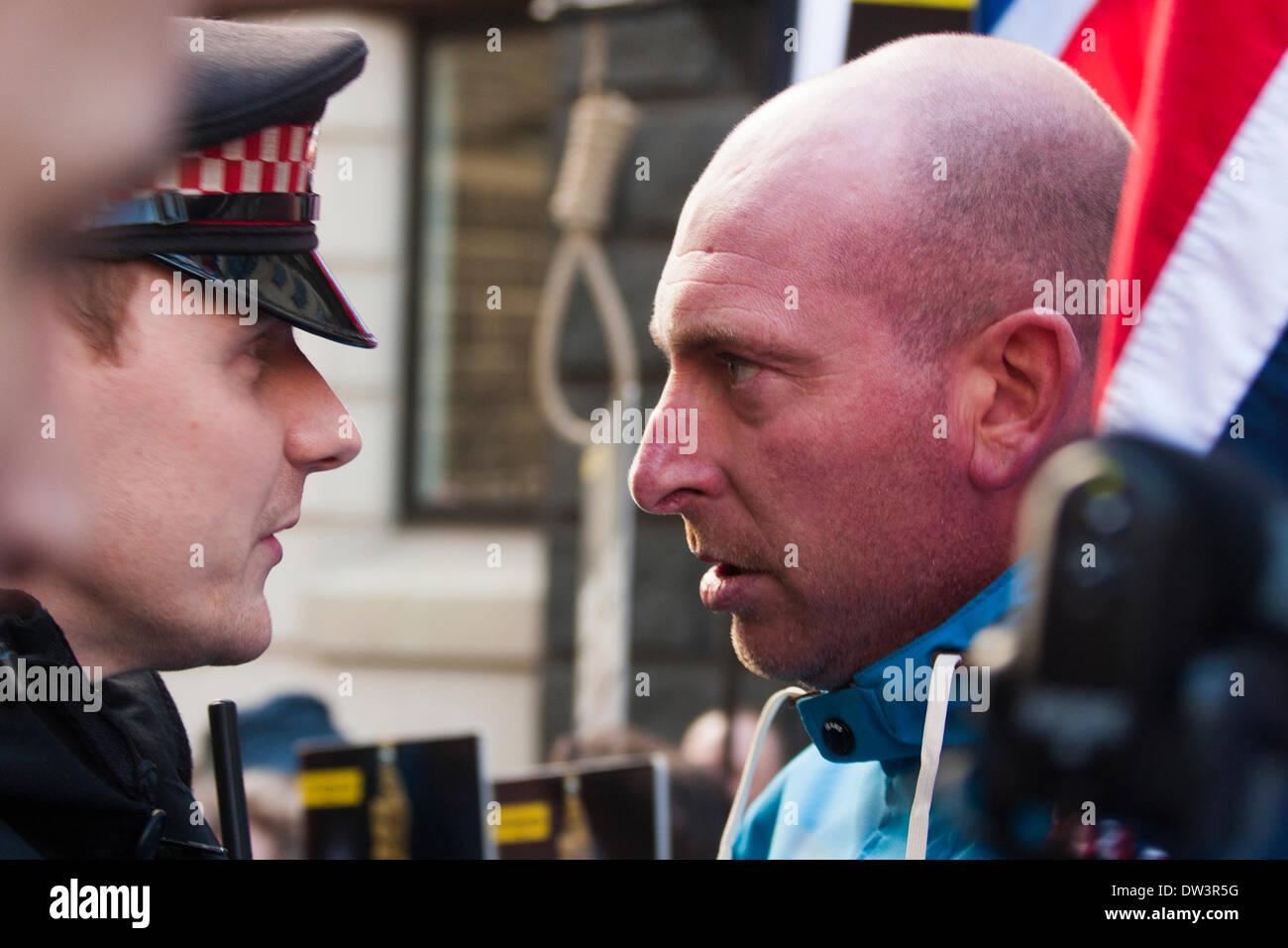 """Old Bailey, London 26. Februar 2014. Einen beheizten Austausch zwischen ein Polizist und ein """"Patriot"""" Stockbild"""