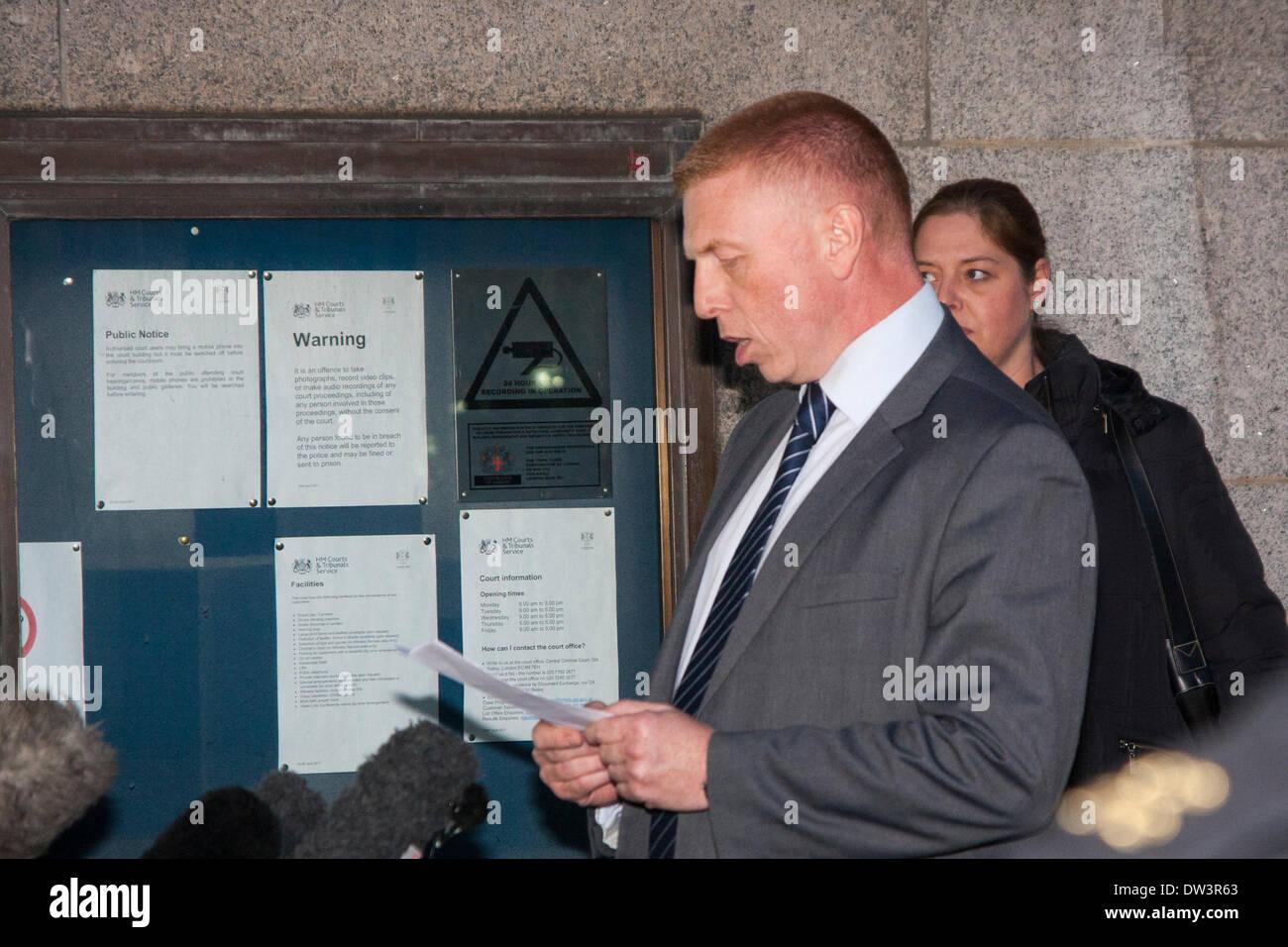 Old Bailey, London 26. Februar 2014. Polizei-Sprecher Peter Sparkes liest eine Erklärung im Namen der Schlagzeuger Stockbild