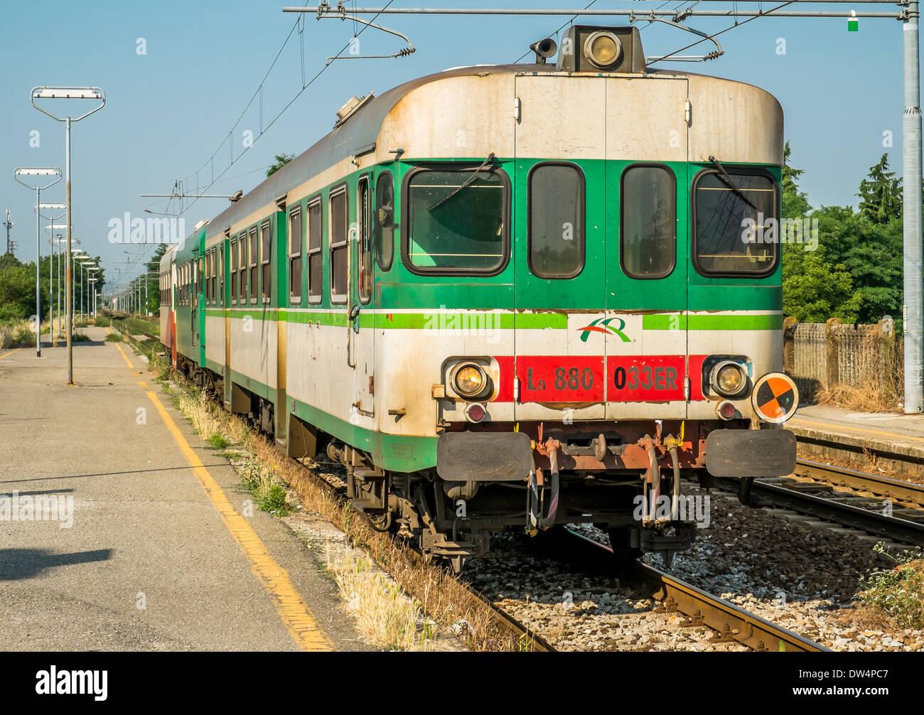 Regionalzug Treno Regionale) in die Plattform in Collecchio Bahnhof in Emilia-Romagna, Italien Stockbild