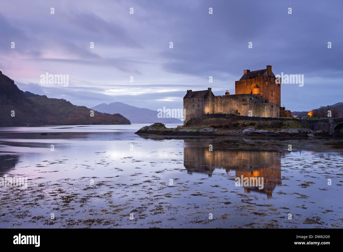 Dämmerung über Eilean Donan Castle am Loch Duich, Dornie, Schottland. Winter (November) 2013. Stockbild