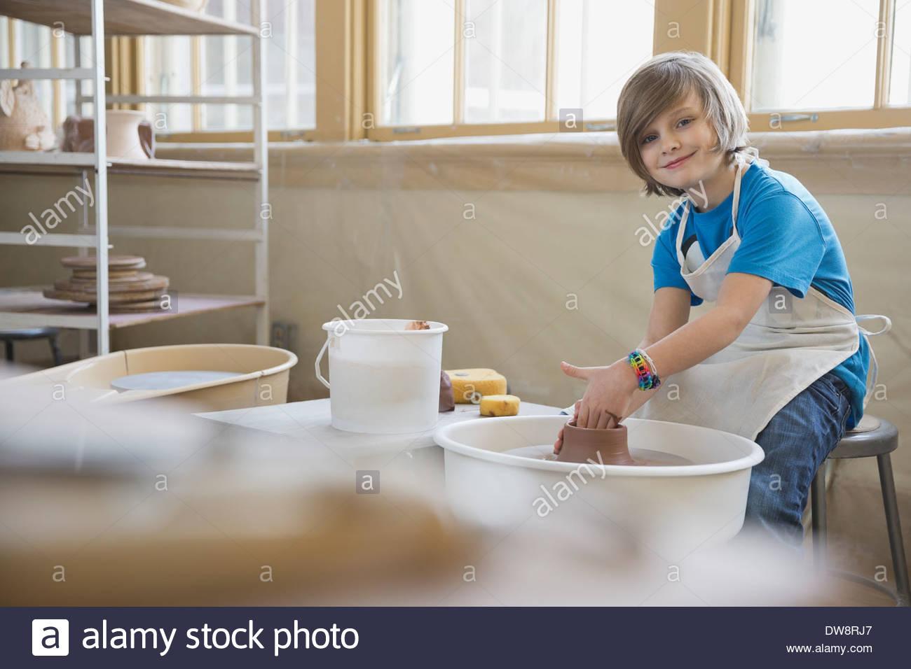 Porträt eines jungen auf der Töpferscheibe Stockbild