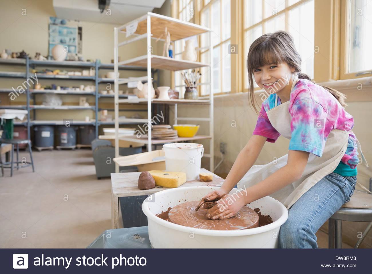 Porträt von Mädchen auf der Töpferscheibe Stockbild