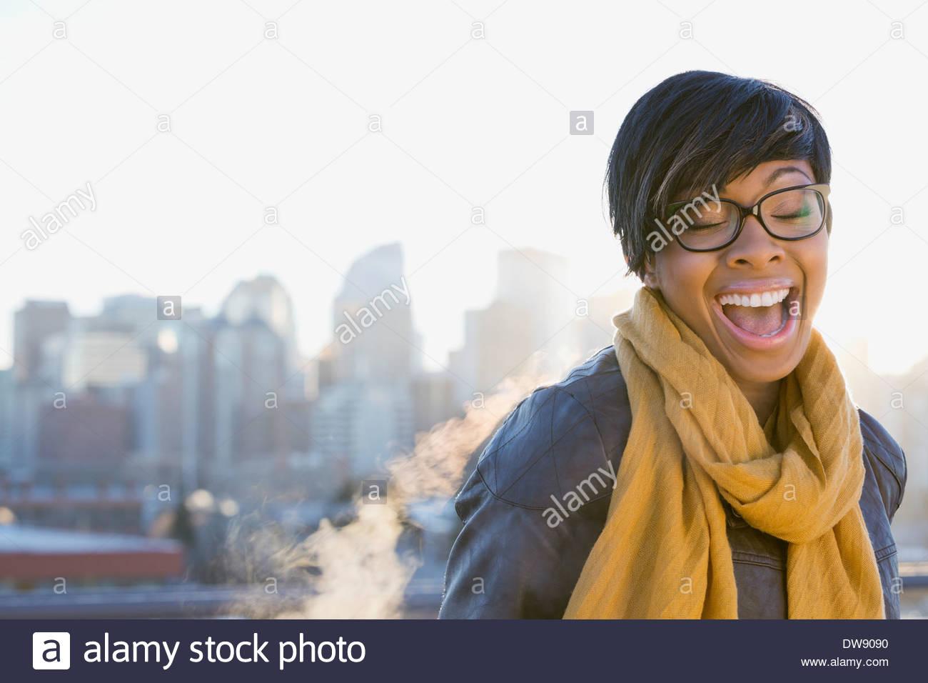 Frau mit Augen geschlossen stehen im freien Stockbild