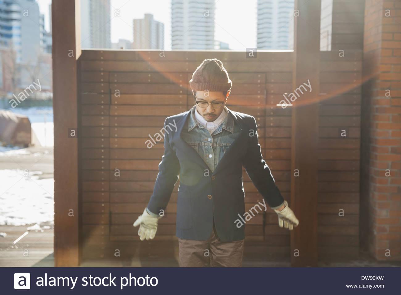 Mann, der draußen auf der Suche nach unten Stockbild