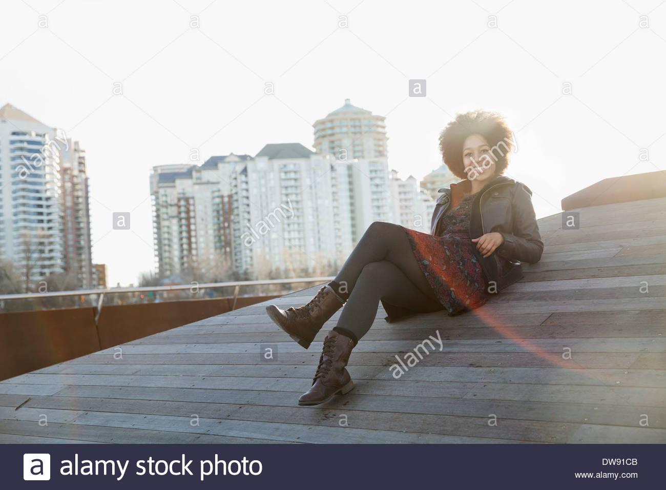 Entspanntes Sitzen im freien Frau Stockbild