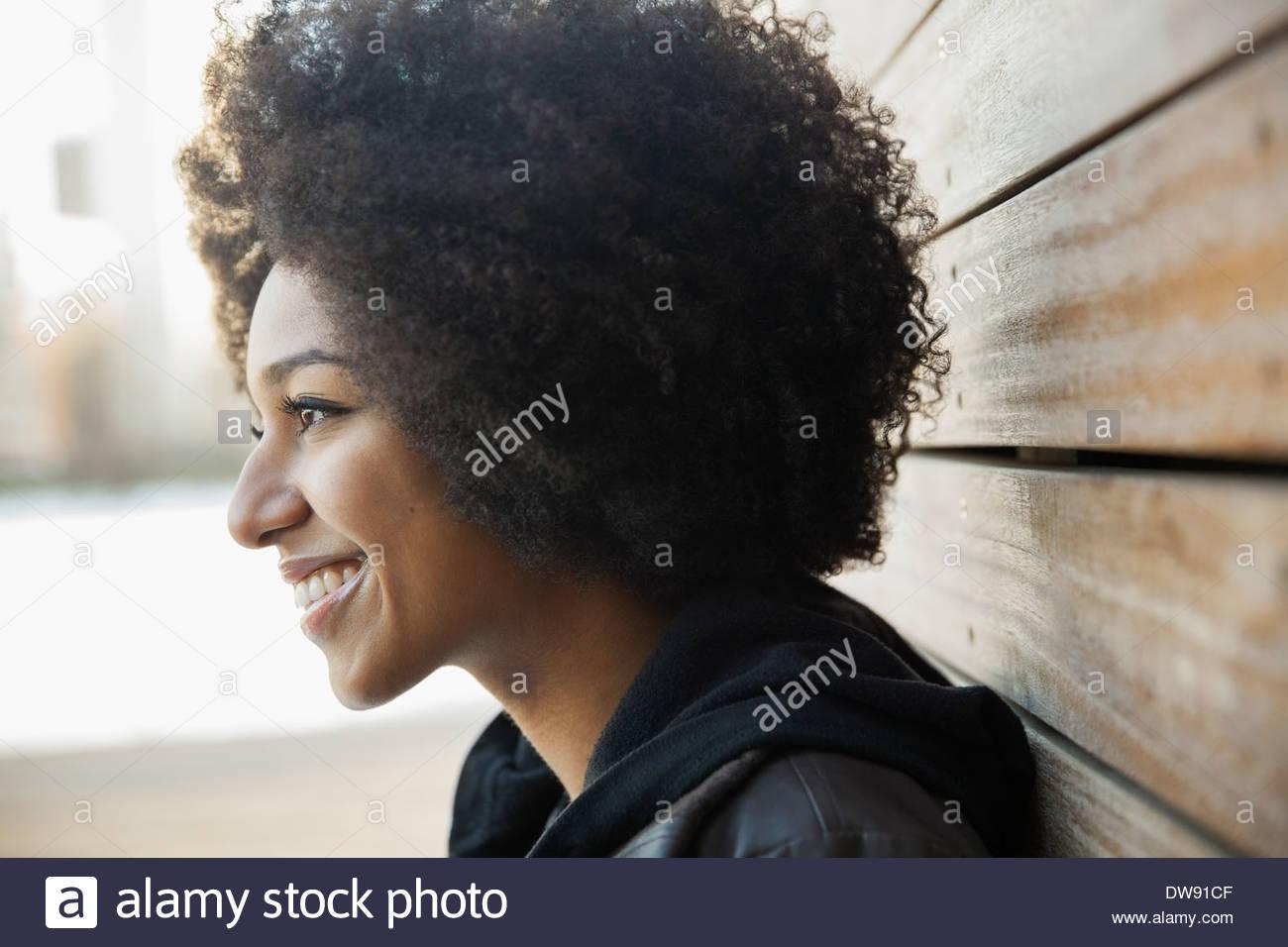 Seitenansicht von lächelnden Frau im freien Stockbild