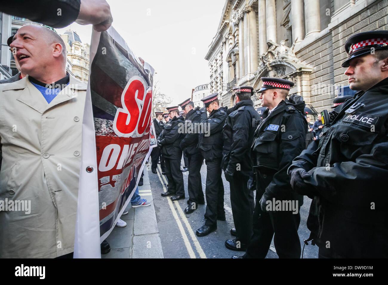 Britische fernen rechten nationalistischen Gruppen außerhalb der Old Bailey Gericht in London am Tag der Urteilsverkündung Stockbild