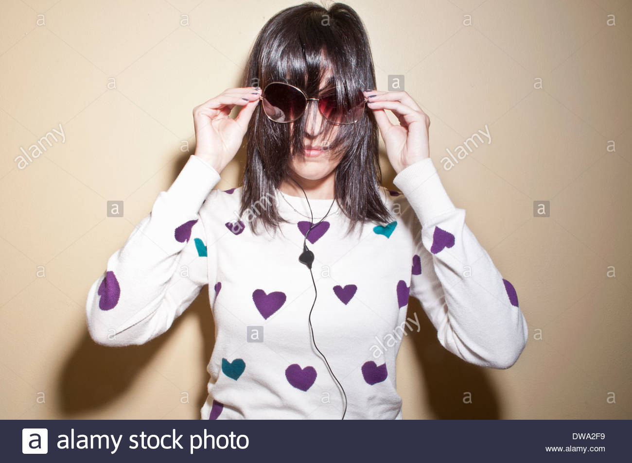 Frau mit Sonnenbrille mit Haaren bedeckte Gesicht Stockbild