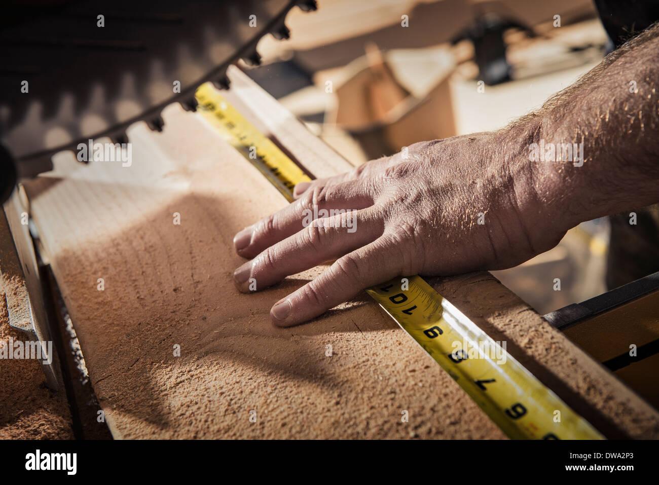 Nahaufnahme eines männlichen Zimmermann mit Maßband in Werkstatt Stockbild