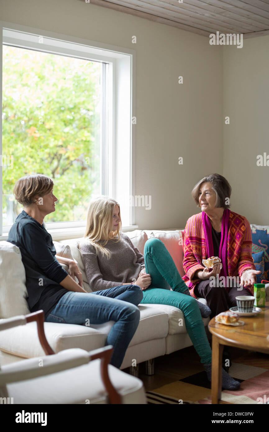 Drei Generationen Frauen Freizeitgestaltung im Wohnzimmer Stockbild