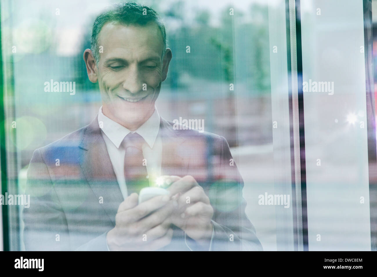 Geschäftsmann mit leuchtenden Finger über Smartphone touchscreen Stockbild