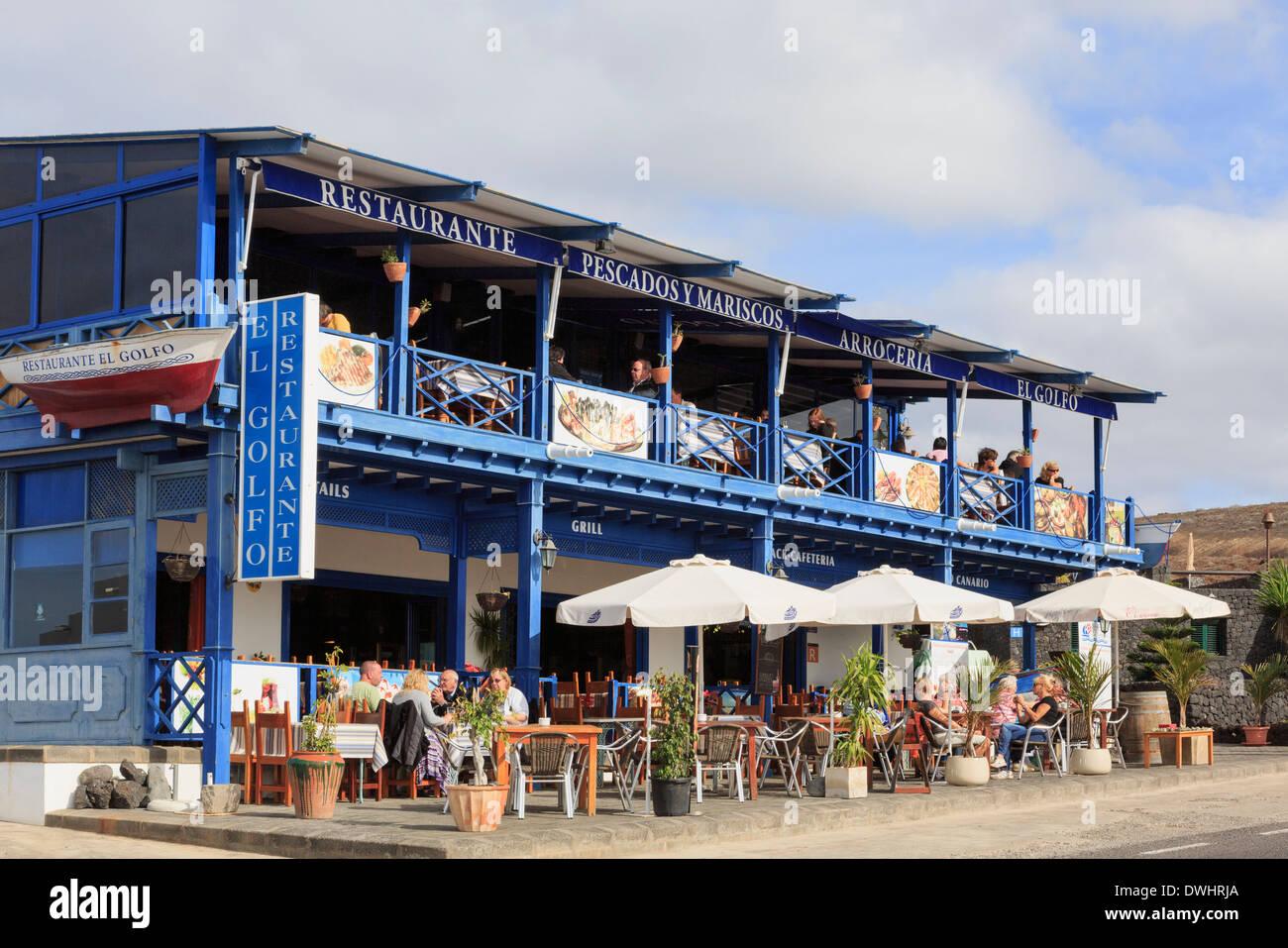 Menschen Essen im Freien ein Fischrestaurant in El Golfo, Lanzarote, Kanarische Inseln, Spanien, Europa. Stockbild