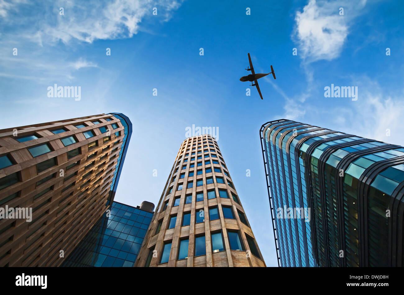 Flugzeug über Bürogebäude Stockbild