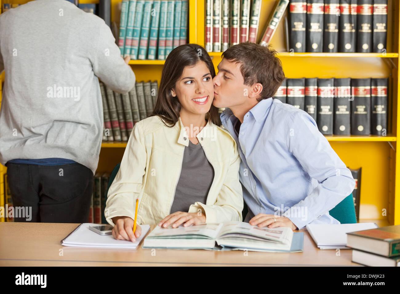 Mann, die Frau In der Universitätsbibliothek zu küssen Stockbild