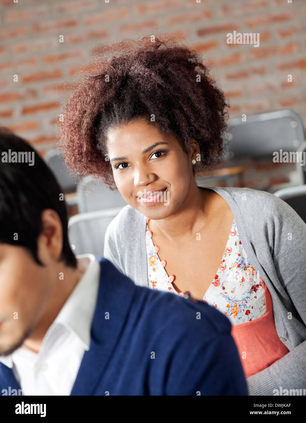 College-Student mit Klassenkameraden im Klassenzimmer Stockbild