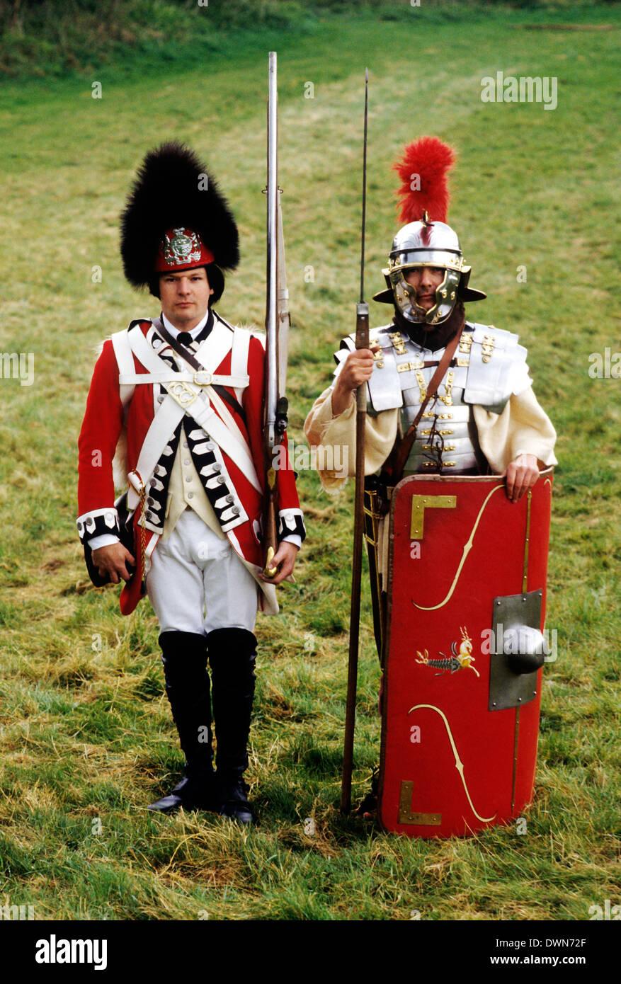 Soldaten in der britischen Geschichte, 18. Jahrhundert Fußsoldaten und 2. Jahrhundert römisch, historische Stockbild