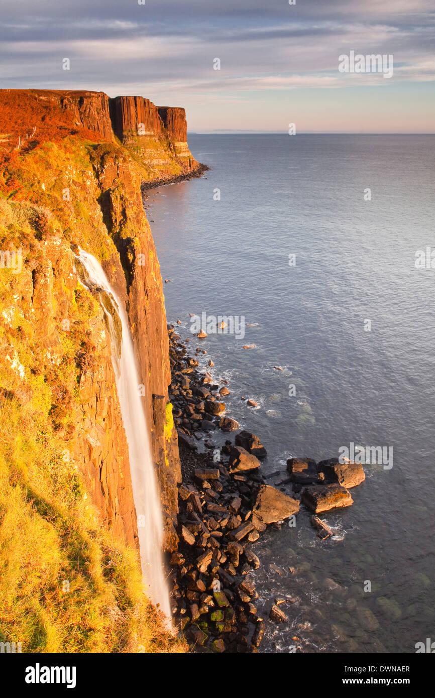 Kilt Rock Wasserfall an der Küste der Isle Of Skye, innere Hebriden, Schottland, Vereinigtes Königreich, Stockbild