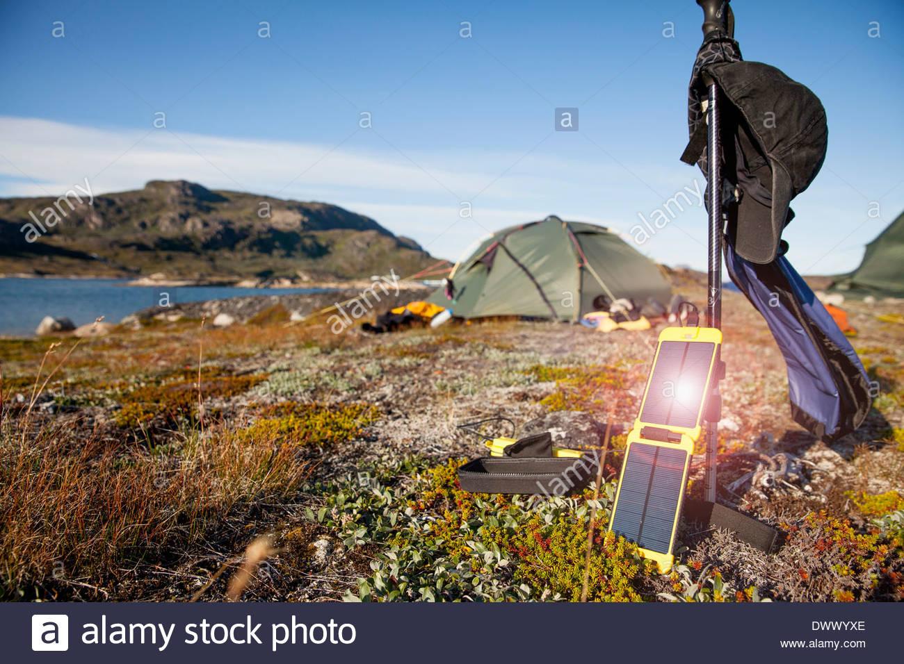 Solar-Ladegerät mit Zelt im Hintergrund auf Campingplatz Stockbild