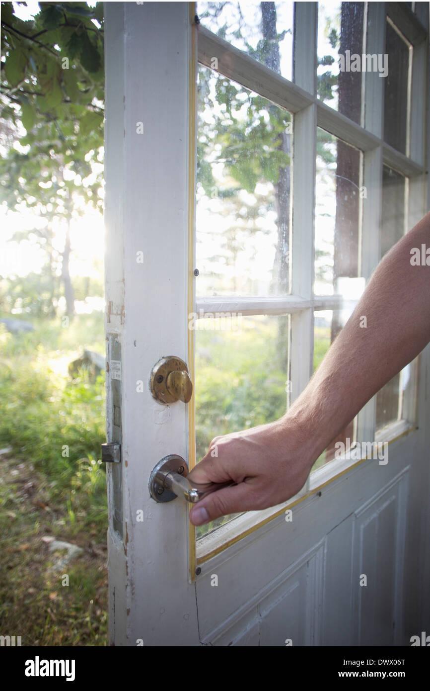 Zugeschnittenes Bild des Mannes, die Tür Griff Stockbild