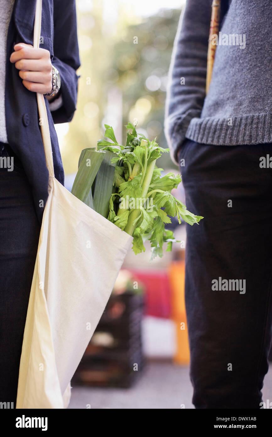 Zugeschnittenes Bild des Paares mit Lebensmitteln im freien Stockbild