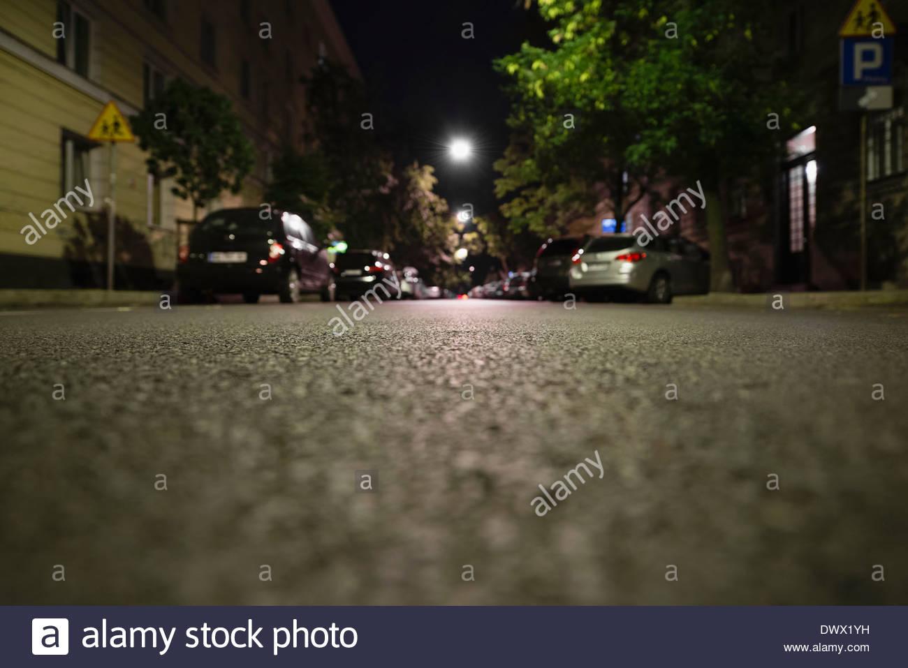 In der Nacht auf der Straße geparkten Autos Stockbild