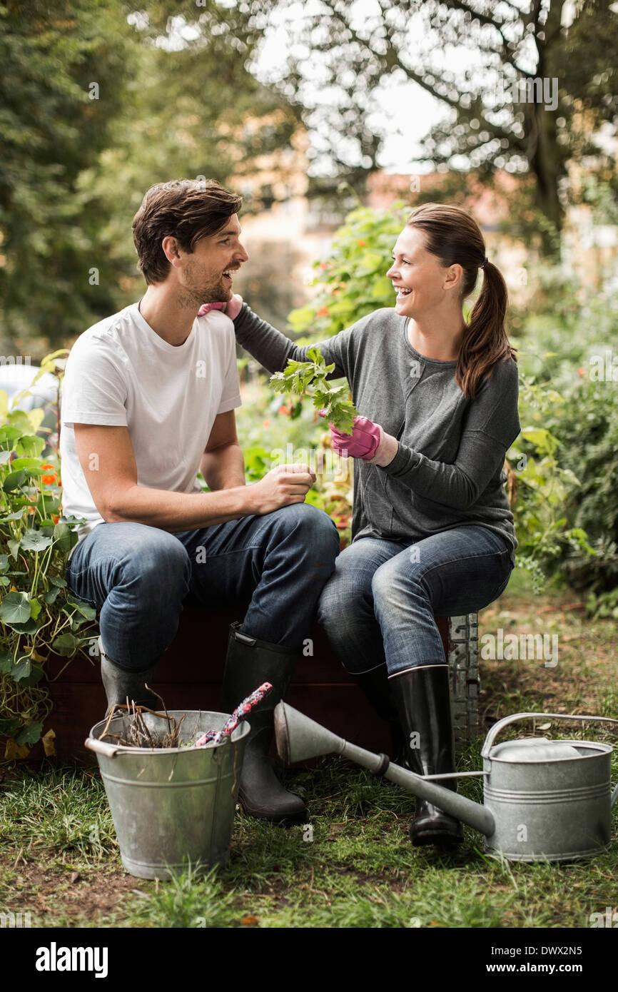 Voller Länge der happy Friends Freizeitgestaltung bei der Gartenarbeit Stockbild