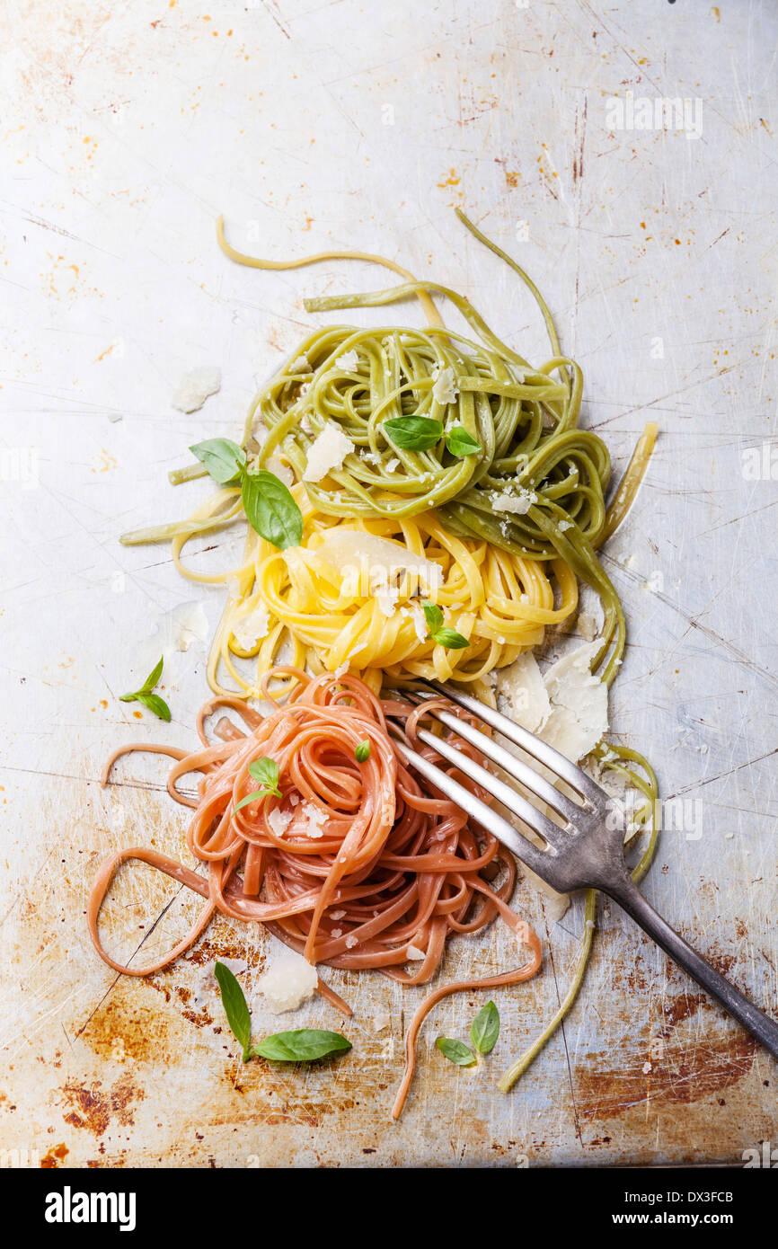 Italienische Pasta italienische Fahne Farben mit Basilikum und parmesan Stockbild