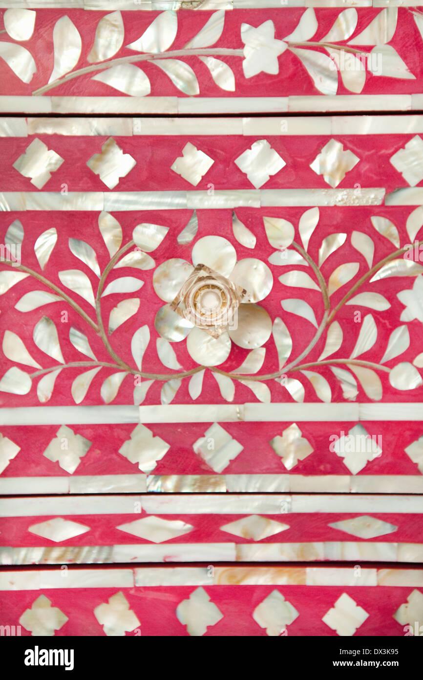 Intarsien-Detail von rosa und weiße Kommode Schublade, full-Frame, Nahaufnahme Stockbild