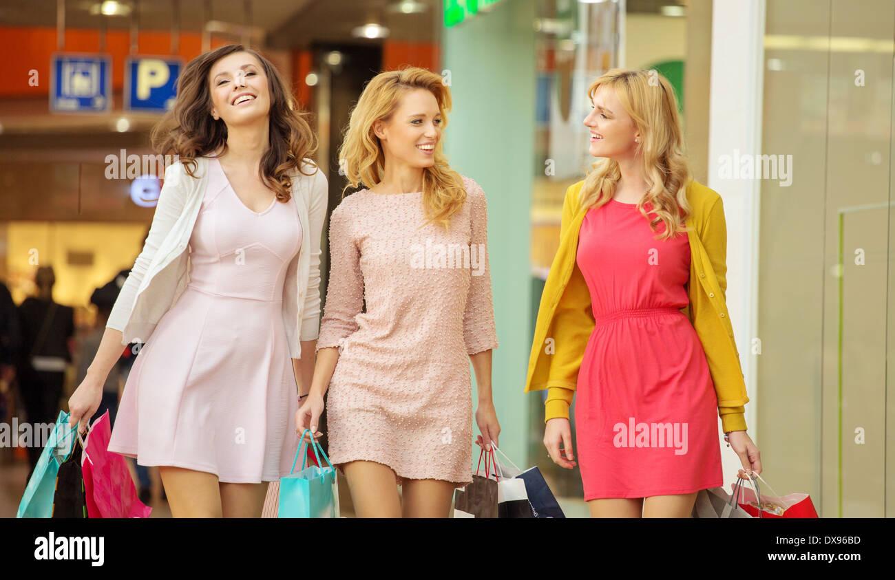 Gruppe von Freundinnen in der kleinen Shopping-mall Stockbild