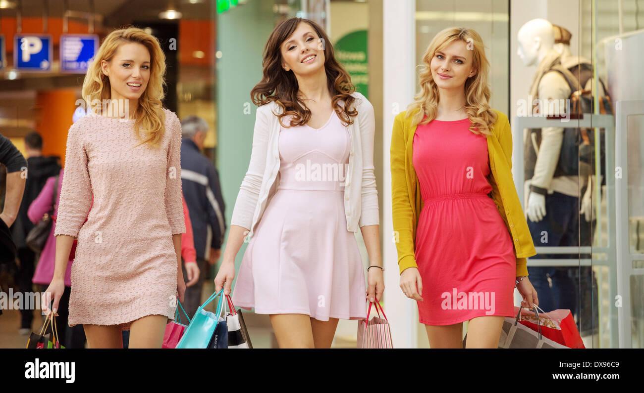 Drei hübsche Damen während der shopping-Tag Stockbild